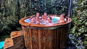 glasfiber udendørs spa bad med træ dekoration Holland